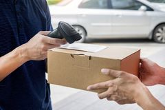 Verzending het werk het concept van de leveringsdienst, het Aftasten die van Boodschappersleaving parcel barcode orde controleren royalty-vrije stock fotografie