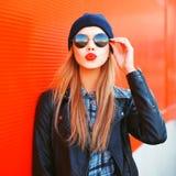 Verzendt de mooie het blondevrouw van het manierportret luchtkus die rode lippen blazen die in openlucht zonnebrilhoed dragen Royalty-vrije Stock Afbeeldingen