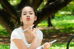 Verzendt het portret Mooie meisje kussen: Zij nam nota's over wat niet royalty-vrije stock afbeeldingen