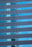 Verzerrte Reflexion eines Gebäudes Stockfoto