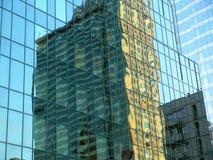 Verzerrte Reflexion eines Gebäudes Stockfotos