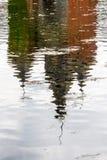 Verzerrte Wasserreflexion des Commandery-Schlosses bei Sint-Pieters-Voeren, Belgien Stockbild