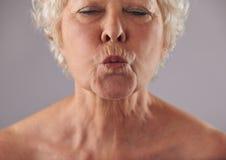 Verziehende Lippen der älteren Frau Stockbild