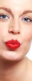 Verziehende Lippen der jungen Frau Stockfotos