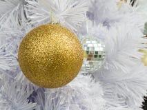 Verzieren Sie goldenen Ball Lizenzfreie Stockfotografie