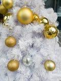 Verzieren Sie goldenen Ball Lizenzfreie Stockbilder