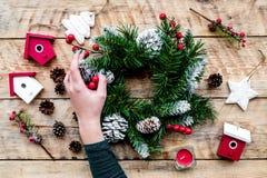 Verzieren Sie Haus für Weihnachten Kranz und Spielwaren auf Draufsicht des hellen hölzernen Hintergrundes Stockbilder