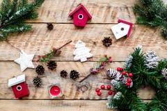 Verzieren Sie Haus für Weihnachten Kranz und Spielwaren auf Draufsicht des hellen hölzernen Hintergrundes Lizenzfreie Stockbilder