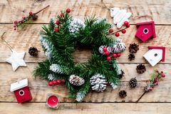 Verzieren Sie Haus für Weihnachten Kranz und Spielwaren auf Draufsicht des hellen hölzernen Hintergrundes Lizenzfreies Stockfoto