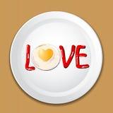 Verzieren Sie Lebensmittel mit LIEBE auf einer Platte Lizenzfreie Stockfotos