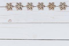 Verziert die Weihnachtsdekoration, die auf hölzernem Weiß mit spac hölzern ist Lizenzfreie Stockfotos