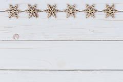 Verziert die Weihnachtsdekoration, die auf hölzernem Weiß mit spac hölzern ist Lizenzfreie Stockbilder