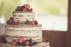 Verziert durch nackten Kuchen der Beeren, rustikale Art für Hochzeiten, Geburtstage und Ereignisse Lizenzfreies Stockfoto