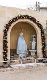 Verziert für die Feier von Weihnachten, die Statue von Mary Magdalene nahe der griechischen katholischen Kirche in MI-` ilya in I Stockfotografie