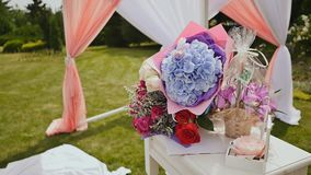 Verziert mit Blumengestecken Geschenkblumensträuße von schönen Blumen Platz für die Hochzeitszeremonie nave Grün stock video footage