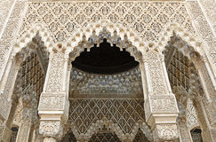 Verzierte Bögen und Spalten innerhalb des Alhambra Stockfotos