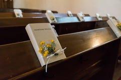 Verzierte Bibel auf einer Bank für eine kirchliche Hochzeit in Deutschland Stockbilder