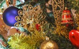 Verzierte Christbaumkugeln und eine Glocke Lizenzfreie Stockfotos