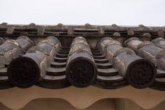 Verzierte Dachplatten auf den Wänden des Himejis ziehen sich zurück Stockfoto