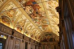 Verzierte Decke mit Freskos in einem Museum in Lombardia, Italien Lizenzfreies Stockfoto