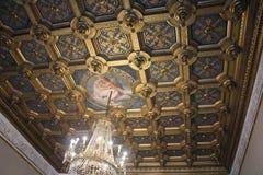 Verzierte Decke mit Leuchter im italienischen Museum Palazzo Te in Mantova Lizenzfreie Stockfotografie