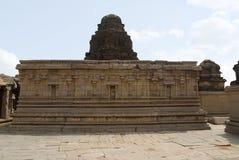 Verzierte devkoshthas und die kumbhapanjaras auf der Wand des Hauptheiligtums, Krishna Temple, Hampi, Karnataka Heilige Mitte stockbild