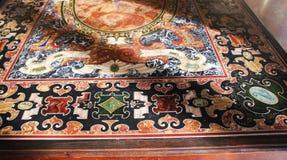 Verzierte, gemarmorte Tabelle in einem Museum in Italien Lizenzfreie Stockfotos