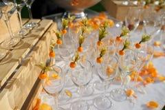 Verzierte Gläser auf einem Buffettisch in rustikalem Stockbilder