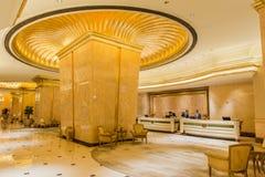 Verzierte Goldspalte innerhalb des Emirat-Palast-Hotels bei Abu Dhabi, UAE Stockbild