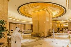 Verzierte Goldspalte innerhalb des Emirat-Palast-Hotels bei Abu Dhabi, UAE Stockfotografie