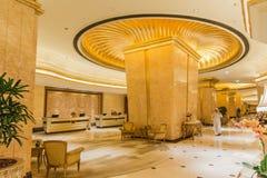 Verzierte Goldspalte innerhalb des Emirat-Palast-Hotels bei Abu Dhabi, UAE Stockfotos