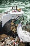 Verzierte Hochzeitstafel auf dem Fluss lizenzfreies stockbild