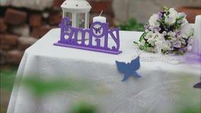 Verzierte Hochzeitstafel im Sommergarten stock footage