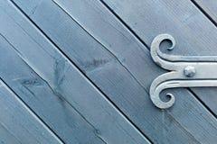 Verzierte Installation der Holztür Stockfotos