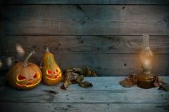 Verzierte Kürbise für ein Halloween auf einem mystischen Herbsthintergrund mit Gaslampe stockbild
