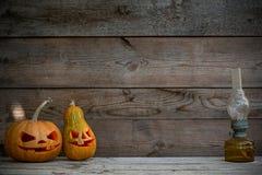 Verzierte Kürbise für ein Halloween auf einem mystischen Herbsthintergrund mit Gaslampe stockfotos
