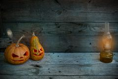 Verzierte Kürbise für ein Halloween auf einem mystischen Herbsthintergrund mit Gaslampe lizenzfreies stockfoto