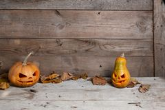 Verzierte Kürbise für ein Halloween auf einem mystischen Hintergrund stockfotografie