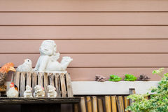 Verzierte Keramik mit horizontalem hölzernem Plankenhintergrund Lizenzfreie Stockbilder