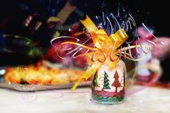 Verzierte Kerze mit gelbem Band Stockfoto