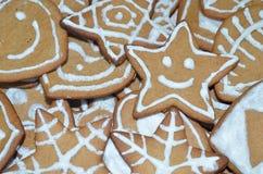 Verzierte Lebkuchen für Weihnachten Lizenzfreies Stockbild