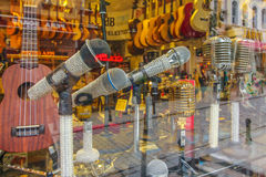 Verzierte Mikrophone in den Schaukasten Stockfotografie