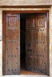 Verzierte offene Holztüren Stockbilder