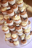 Verzierte Schalenkuchen auf Kuchenstand Lizenzfreies Stockfoto