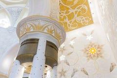 Verzierte Spalten mit Sandale-Spreizer von Sheikh Zayed Mosque, die große großartige Marmorierungmoschee bei Abu Dhabi, UAE Stockfotos