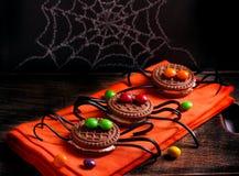 Verzierte Spinnenkekse für Halloween Lizenzfreies Stockfoto
