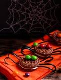 Verzierte Spinnenkekse für Halloween Stockbilder