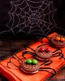 Verzierte Spinnenkekse für Halloween Stockfotos