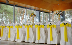 Verzierte Stühle auf einem feierlichen Bankett im Gelb Lizenzfreies Stockbild