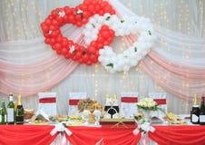 Verzierte Tabelle der Braut und des Bräutigams an der Hochzeit stockbild